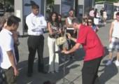 Hochzeitsantrag bei Straßenzauberei