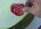 Rosen in Wassermelone ritzen