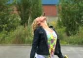 Bungee Stunt mit Schokolade im Mund
