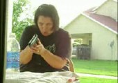 Böser Streich beim Spielen mit einer Waffe