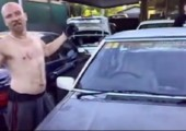 Mit dem Kopf eine Autoscheibe einschlagen