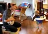 Baby fährt auf Banjos ab
