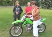 Mutti auf Motorrad vs. Oma im Rollstuhl