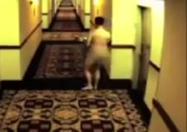 Nackt ausgesperrt in Hotel