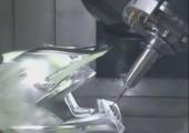 Motorcrosshelm aus einem Aluminiumblock gefräst