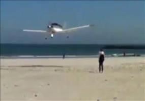 Rüdiger mit seinem Flugzeug über einem Strandabschnitt