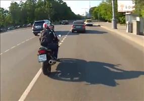 Russland: Motorradfahrer attackiert Autofahrer