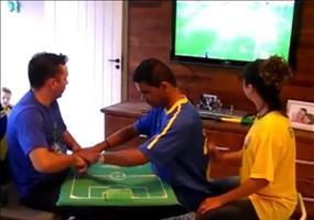 Blinder und tauber Mann verfolgt die Fußball WM