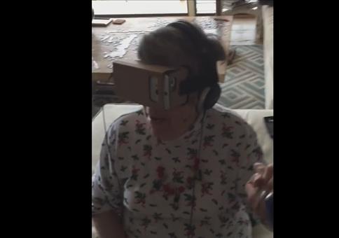 Oma fährt mit VR Brille Achterbahn
