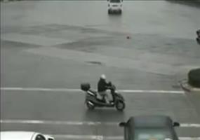 Rollerfahrer mit verdammt viel Glück