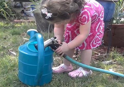 Kind testet Wasserdruck per Geschmackstest