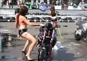 Sexy Motorradwäsche