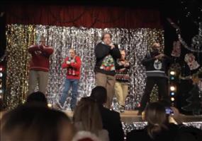 Verrückte Väter beim Weihnachtskonzert in der Schule