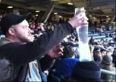 Becher stapeln im Baseballstadion