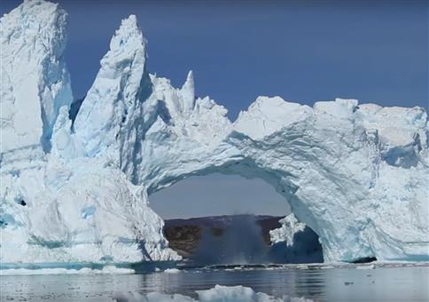 Eisbergbrücke fällt in sich zusammen