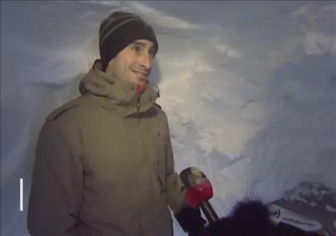 Schneetunnel zum Auto