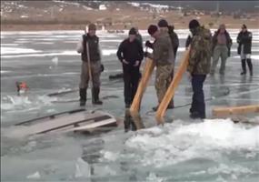 Auto aus einem gefrorenen See ziehen