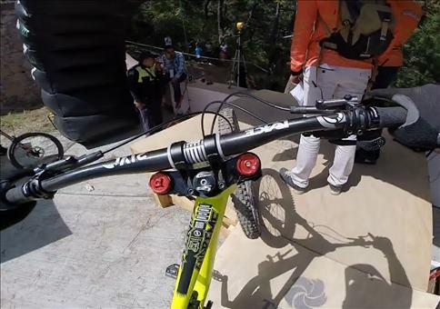 Downhill mit dem Bike durch ein mexikanisches Dorf