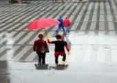 Superheld beschützt Leute vor dem Regen