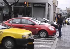 Er belehrt die Autofahrer am Zebrastreifen
