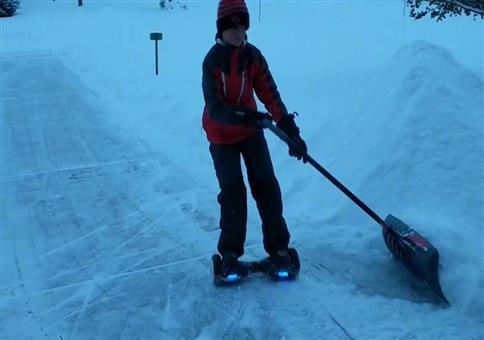 Schnee schieben mit dem Hoverboard