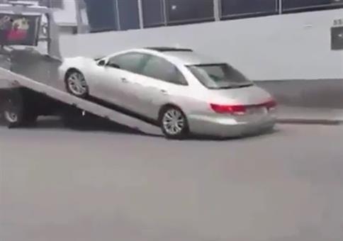 Auto auf LKW über Rampe verladen