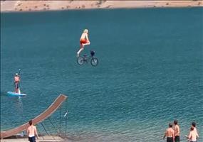 Höher, schneller, weiter mit dem Fahrrad in den See springen