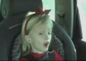 Kleine Sängerin im Auto