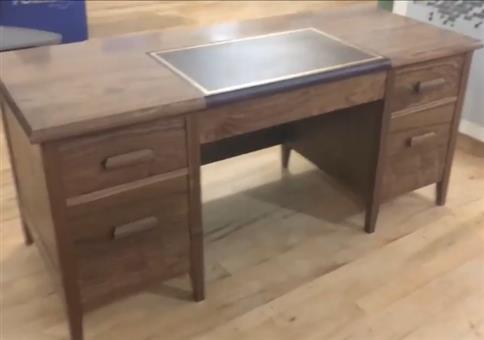 Schreibtisch mit vielen Geheimfächern