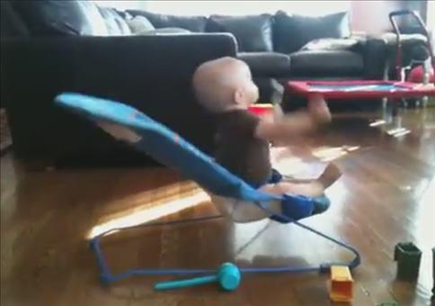 Baby in seiner Wippe auf 180