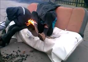 Entschuldigen Sie bitte... Ihr Schuh brennt!