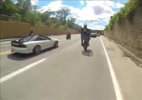 Wheelie auf ein Polizeiauto