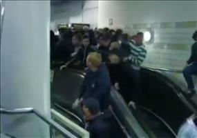 Fußballfans auf Turbo-Rolltreppe