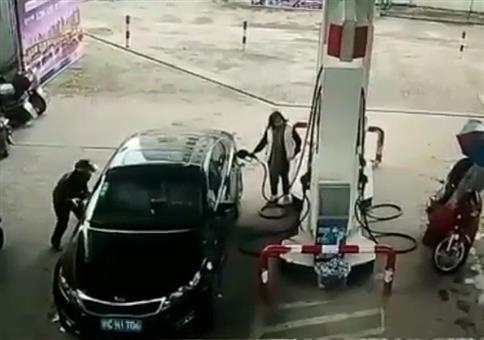 Instant Karma an der Tankstelle
