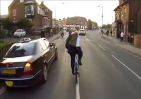 Keine gute Idee: Jacke auf dem Fahrrad ausziehen