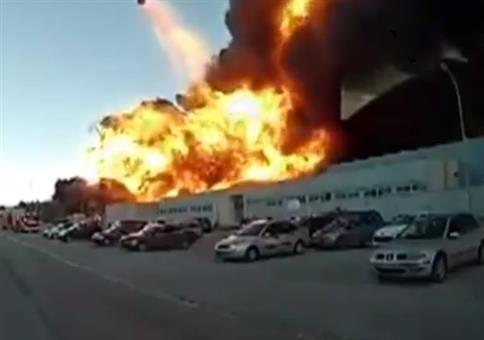 Explosion! Auto fliegt durch die Luft! Explosion!
