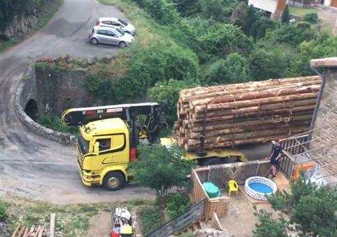 Holz-LKW-Fahrer bezwingt enge Kurze und kleine Brücke