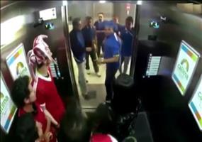 Streich: Gegnerische Fußballfans im Fahrstuhl