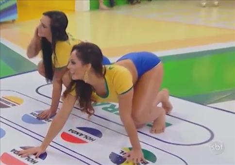 Brasilianische Girls spielen Twister