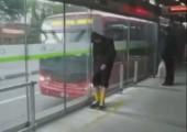 Betrunken auf den Bus warten
