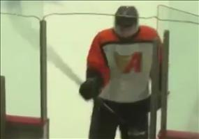Eishockeyspieler knockt sich selbst aus
