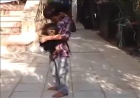 Kind beschützt Babyaffen