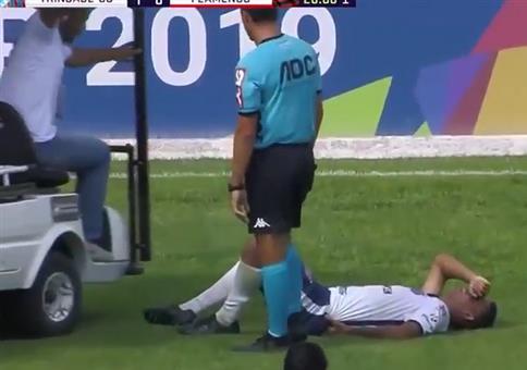 Fußballer verletzt am Boden - Aber Hilfe naht!