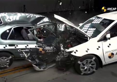 Crashtest Toyota Corolla: Baujahr 1998 VS 2015