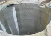 Eien Stein in ein 500 Meter tiefes Loch werfen