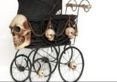 Der Horror-Kinderwagen mit Totenköpfen