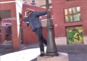 Tanz an der Straßenlaterne