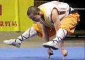Shaolin-Mönch balanciert auf 2 Fingern