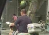 Wassermelone auf Kopf balancieren