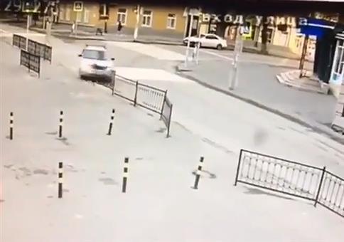 Auto fährt in Absperrgitter